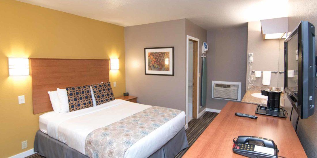 Nordic Inn & Suites quality queen room in Portland, Oregon.